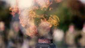Llama eterna para los héroes en el monumento en la memoria del fa almacen de metraje de vídeo