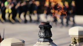 Llama eterna para los héroes en el monumento en la memoria del fa almacen de video