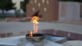 Llama eterna - símbolo de la victoria en la Segunda Guerra Mundial Llama y estrella eternas ardientes en la tumba total de soldad imagenes de archivo