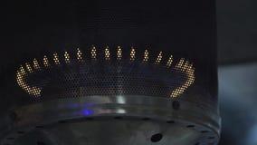 Llama macra del gas que oscila en una lámpara de calle de aluminio moderno-formada almacen de metraje de vídeo