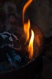 Llama y ascua del carbón de leña foto de archivo
