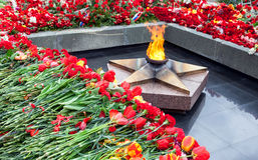 Llama y flores eternas en memoria de la victoria en el grande Foto de archivo