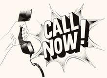 ¡Llamada ahora! Cartel retro tipográfico del grunge La mano sostiene un receptor de teléfono Ilustración del vector Foto de archivo libre de regalías
