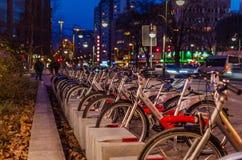 Llamada de alquiler del estacionamiento de la bici una bici en Berlín Imagenes de archivo