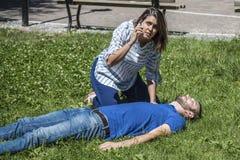 Llamada de emergencia para un hombre desmayado imagen de archivo