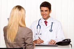Llamada de los doctores. Paciente y doctor en la discusión Foto de archivo libre de regalías
