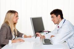 Llamada de los doctores. Paciente y doctor en la discusión Fotografía de archivo