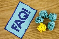 Llamada de motivación del FAQ del texto de la escritura de la palabra Concepto del negocio para la pregunta con frecuencia hecha  Fotos de archivo