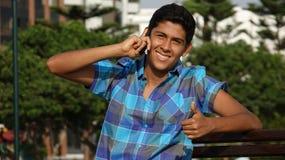 Llamada de teléfono adolescente del éxito del muchacho Fotos de archivo