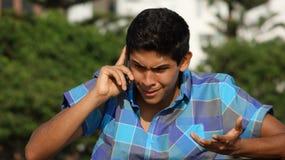 Llamada de teléfono adolescente enojada o subrayada Foto de archivo