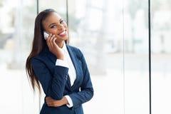 Llamada de teléfono africana del ejecutivo de operaciones Fotografía de archivo libre de regalías