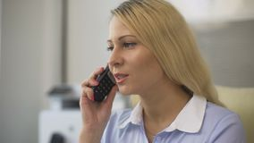 Llamada de teléfono de contestación de la secretaria y el hablar con los clientes en la oficina, negocio almacen de metraje de vídeo