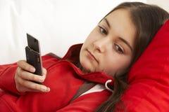Llamada de teléfono de la chica joven que espera para Imagenes de archivo