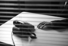 Llamada de teléfono del hombre de negocios que espera Imágenes de archivo libres de regalías