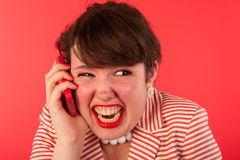 Llamada de teléfono enojada en el smartphone Foto de archivo libre de regalías