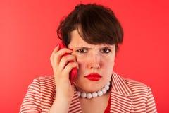 Llamada de teléfono enojada en el smartphone Imágenes de archivo libres de regalías