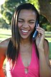 Llamada de teléfono grande de la sonrisa fotos de archivo