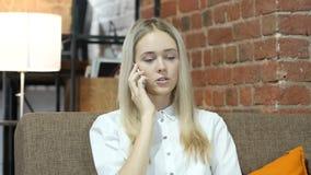 Llamada de teléfono, mujer de negocios que habla en Smartphone, interior, joven,