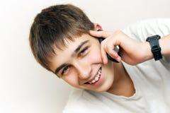 Llamada del adolescente en el teléfono Imagenes de archivo