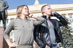 Llamada del hombre y de la mujer por el teléfono móvil Fotos de archivo