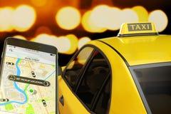Llamada del taxi del concepto del teléfono móvil Fotografía de archivo libre de regalías