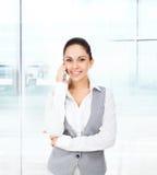 Llamada del teléfono celular de la sonrisa de la mujer de negocios Imagen de archivo libre de regalías