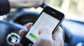 Llamada en el coche en iPhone fotografía de archivo libre de regalías