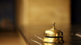 Llamada en la campana vieja del hotel en un soporte de mármol almacen de video