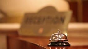 Llamada en la campana vieja del hotel en un soporte de madera