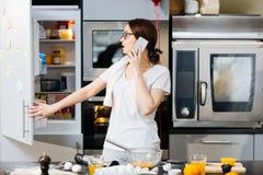 Llamada en la cocina Imagen de archivo libre de regalías