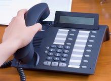 Llamada que contesta en oficina Foto de archivo libre de regalías