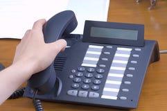 Llamada que contesta en oficina Imagenes de archivo