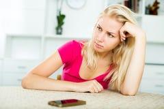Llamada que espera irritada de la muchacha para que se sienta dentro Foto de archivo libre de regalías