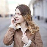 Llamada rubia joven hermosa por el teléfono Imagenes de archivo