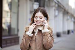 Llamada rubia joven hermosa por el teléfono Fotos de archivo