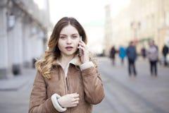 Llamada rubia joven hermosa por el teléfono Fotos de archivo libres de regalías