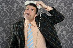 Llamada telefónica asustada empollón del hombre de negocios de la expresión Fotos de archivo