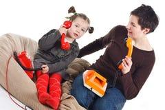 Llamada telefónica de la madre y de la hija Fotos de archivo libres de regalías