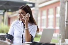 Llamada telefónica de la mujer joven Imagen de archivo libre de regalías