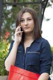 Llamada telefónica de la mujer joven Fotos de archivo