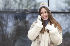 Llamada telefónica de la mujer joven Foto de archivo libre de regalías
