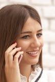 Llamada telefónica de la mujer joven Imagenes de archivo