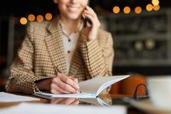 Llamada telef?nica del cliente y planificaci?n del trabajo fotografía de archivo libre de regalías