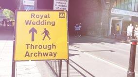 Llamarada cinemática sobre la muchedumbre que camina cerca de la boda real