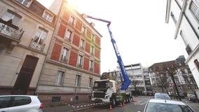 Llamarada de la luz del sol sobre el camión FMx de Volvo con el cargo de elevación del nuevo de la barquilla levantador hidráulic metrajes