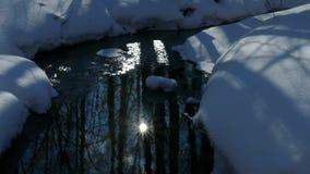 Llamarada de Sun en la superficie de una corriente de no-congelación metrajes