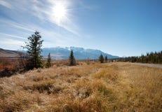 Llamarada de Sun sobre las montañas rocosas Fotografía de archivo libre de regalías