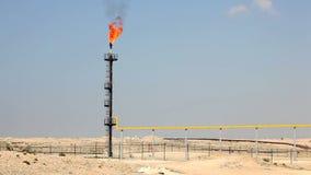 Llamarada del gas de la refinería de petróleo almacen de metraje de vídeo