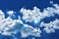 Llamarada ligera en el cielo azul nublado imagen de archivo