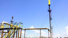 Llamarada para el gas asociado que señala por medio de luces La punto final del sistema del alivio de presión en el aceite foto de archivo libre de regalías